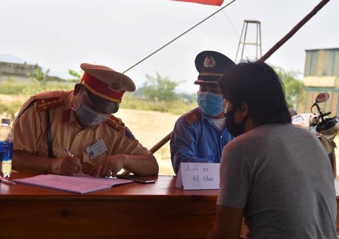 Tận tình giúp người dân kiểm tra y tế - Ảnh minh hoạ 4