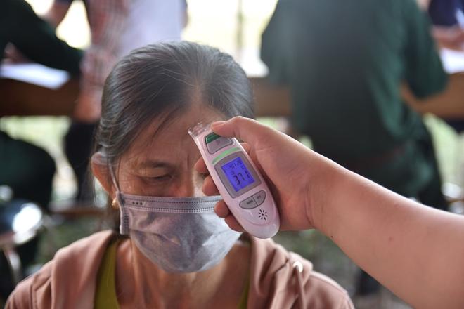 Tận tình giúp người dân kiểm tra y tế - Ảnh minh hoạ 9