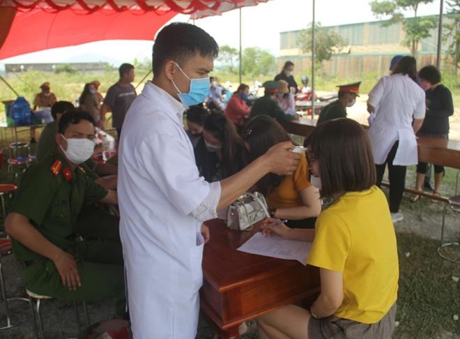 Tận tình giúp người dân kiểm tra y tế - Ảnh minh hoạ 8