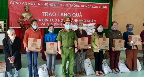 CBCS Công an góp ngày lương trao quà và giúp dân gặt lúa