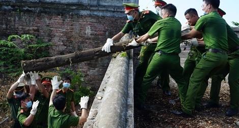 CBCS Công an, quân đội chung sức dọn vệ sinh ở Kinh thành Huế
