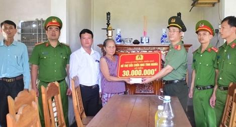 Công an Thừa Thiên Huế trao kinh phí sửa chữa nhà ở cho các gia đình chính sách