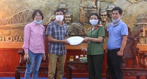 Tặng 1.200 bộ đồ bảo hộ cho CBCS Công an tuyến đầu chống dịch