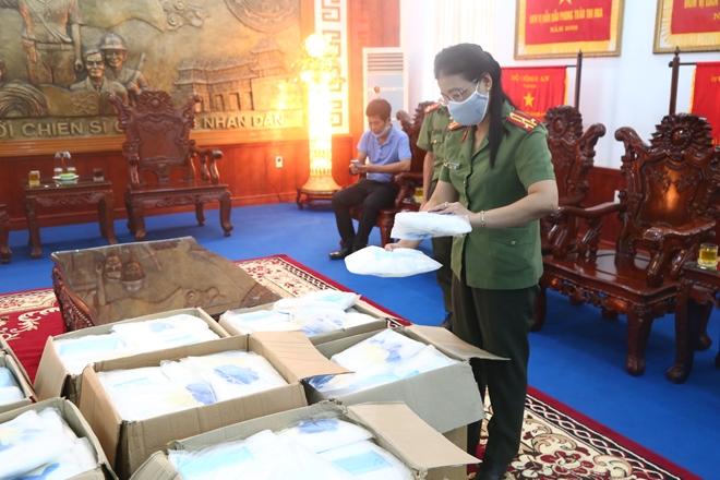 Tặng 1.200 bộ đồ bảo hộ cho CBCS Công an tuyến đầu chống dịch - Ảnh minh hoạ 2