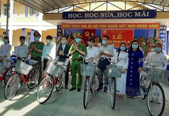 Thứ trưởng Lê Quốc Hùng tặng xe đạp cho học sinh miền núi Thừa Thiên Huế - Ảnh minh hoạ 2