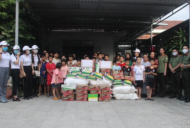 Hoa hậu Giáng My cùng Công an trao hàng trăm suất quà từ thiện