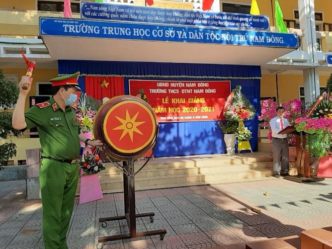 Thứ trưởng Lê Quốc Hùng tặng xe đạp cho học sinh miền núi Thừa Thiên Huế