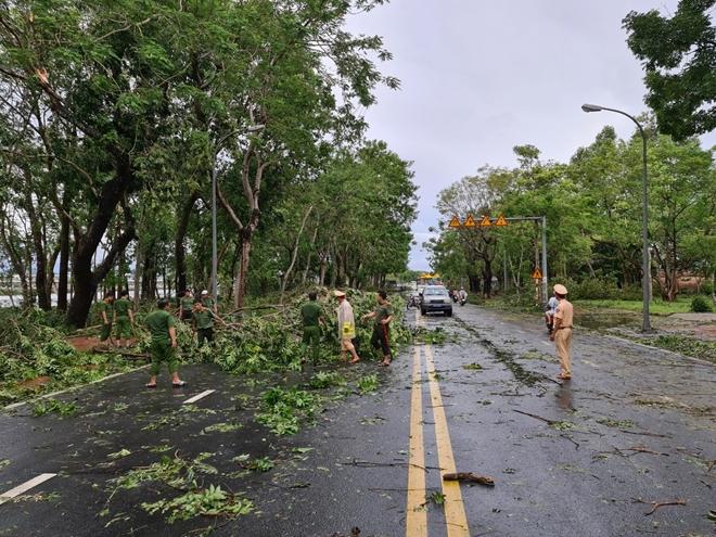 Công an Thừa Thiên Huế khắc phục hậu quả sau bão số 5 - Ảnh minh hoạ 11