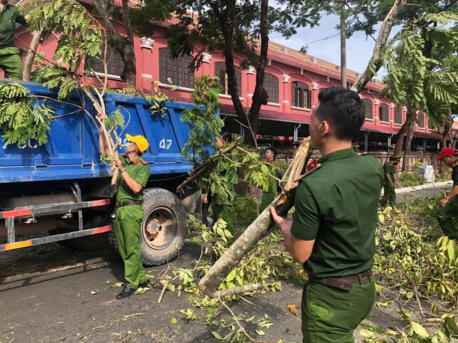 Công an các phường ở TP Huế nỗ lực dọn cây xanh gãy đổ sau bão - Ảnh minh hoạ 4
