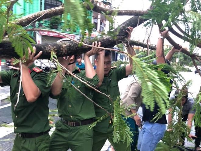 Công an các phường ở TP Huế nỗ lực dọn cây xanh gãy đổ sau bão - Ảnh minh hoạ 9