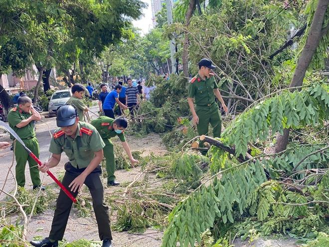 Công an các phường ở TP Huế nỗ lực dọn cây xanh gãy đổ sau bão - Ảnh minh hoạ 2