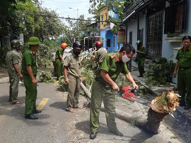 Công an các phường ở TP Huế nỗ lực dọn cây xanh gãy đổ sau bão - Ảnh minh hoạ 7