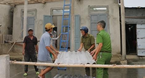 Công an tỉnh Thừa Thiên Huế giúp dân lợp lại mái nhà sau bão số 5