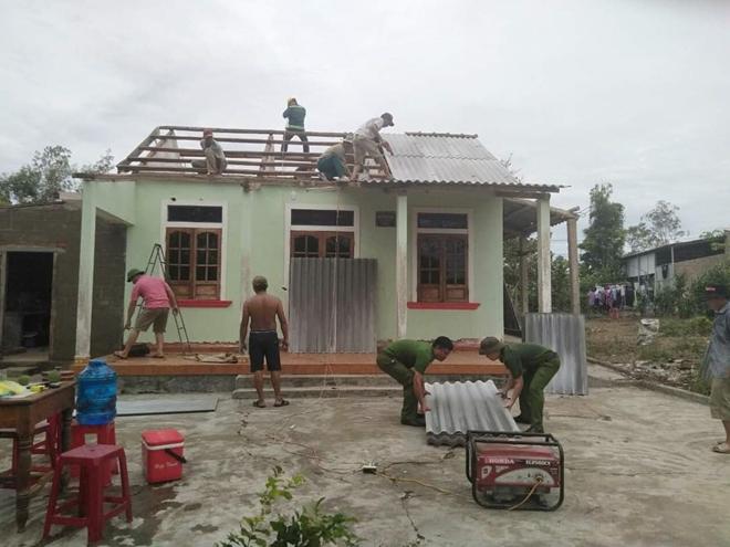 Công an tỉnh Thừa Thiên Huế giúp dân lợp lại mái nhà sau bão số 5 - Ảnh minh hoạ 6