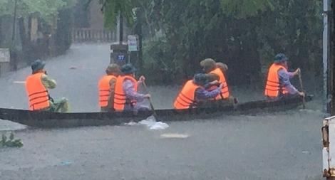 Vượt mưa lũ giúp dân