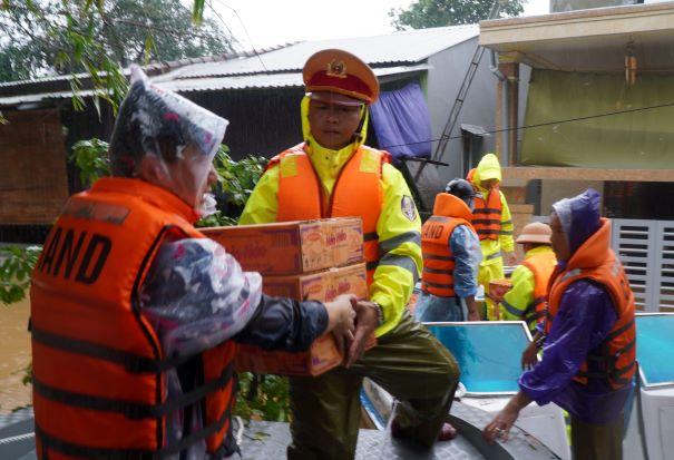 Những hình ảnh ấm lòng người dân cố đô trong đợt mưa lũ lịch sử - Ảnh minh hoạ 2