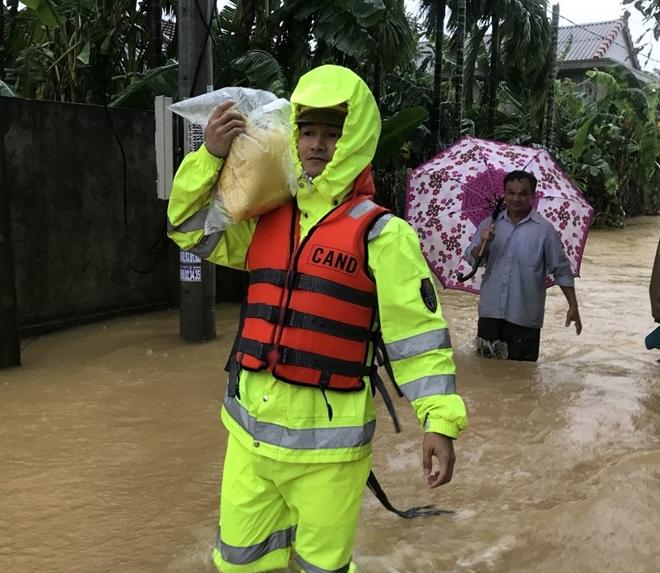 Những hình ảnh ấm lòng người dân cố đô trong đợt mưa lũ lịch sử - Ảnh minh hoạ 4