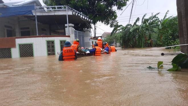 Xúc động hình ảnh lực lượng Công an vượt mưa lũ cứu dân - Ảnh minh hoạ 8