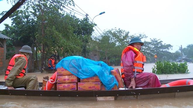 Xúc động hình ảnh lực lượng Công an vượt mưa lũ cứu dân - Ảnh minh hoạ 2