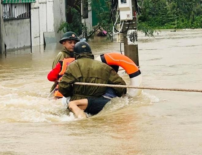 Những hình ảnh ấm lòng người dân cố đô trong đợt mưa lũ lịch sử - Ảnh minh hoạ 7