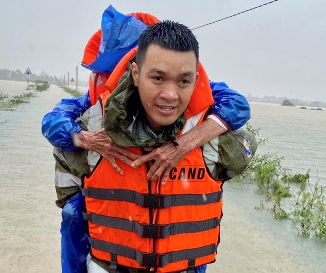 Xúc động hình ảnh lực lượng Công an vượt mưa lũ cứu dân - Ảnh minh hoạ 11