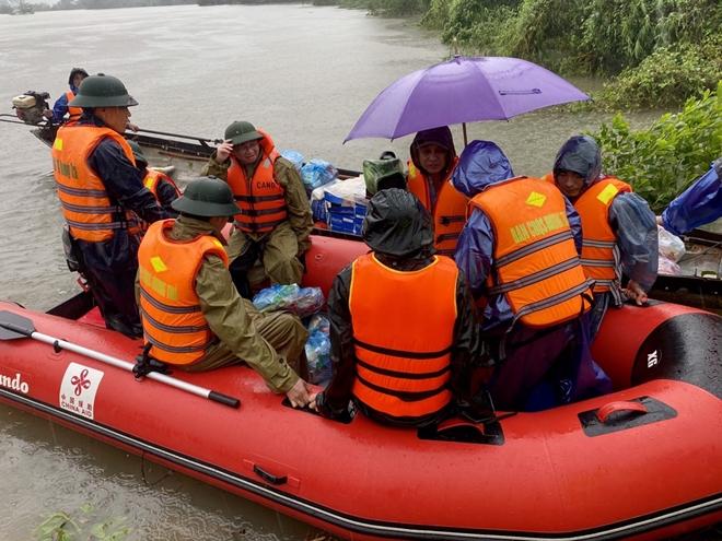 Xúc động hình ảnh lực lượng Công an vượt mưa lũ cứu dân - Ảnh minh hoạ 4