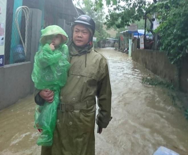 Những hình ảnh ấm lòng người dân cố đô trong đợt mưa lũ lịch sử - Ảnh minh hoạ 9