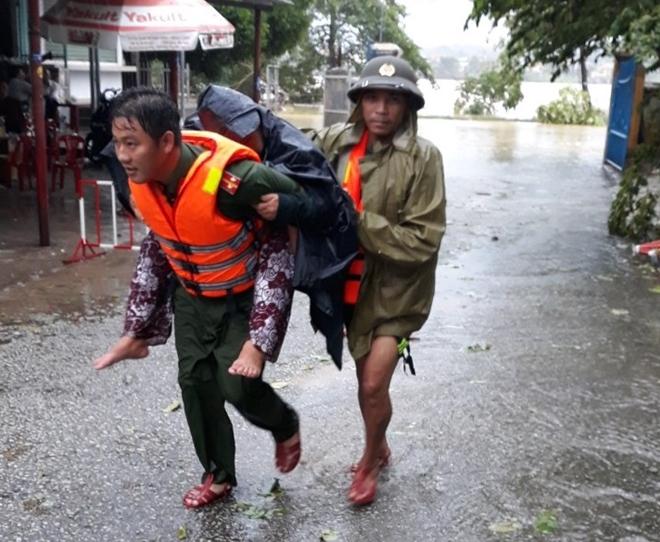Những hình ảnh ấm lòng người dân cố đô trong đợt mưa lũ lịch sử - Ảnh minh hoạ 6