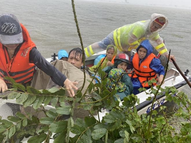 Xúc động hình ảnh lực lượng Công an vượt mưa lũ cứu dân - Ảnh minh hoạ 10