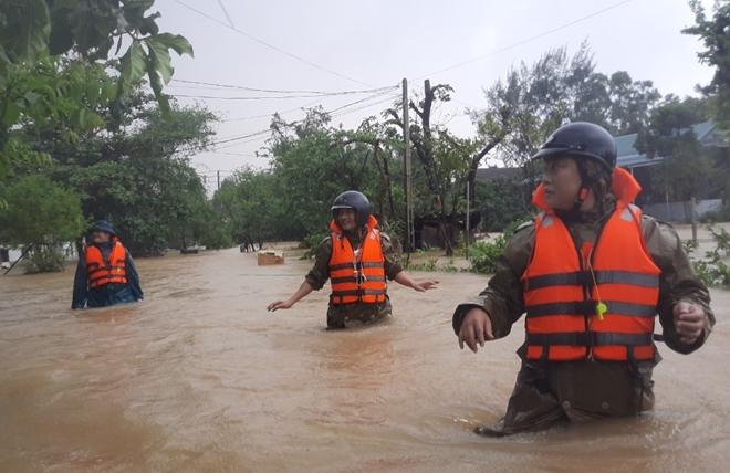 Xúc động hình ảnh lực lượng Công an vượt mưa lũ cứu dân - Ảnh minh hoạ 7