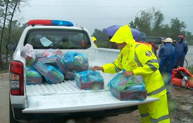 Xúc động hình ảnh lực lượng Công an vượt mưa lũ cứu dân
