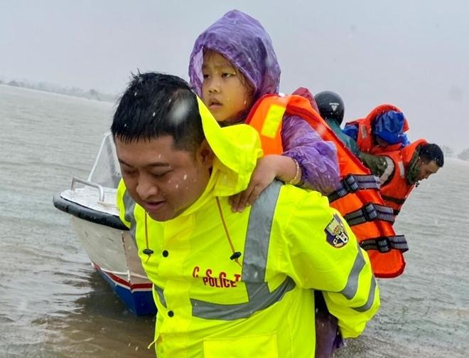Xúc động hình ảnh lực lượng Công an vượt mưa lũ cứu dân - Ảnh minh hoạ 12