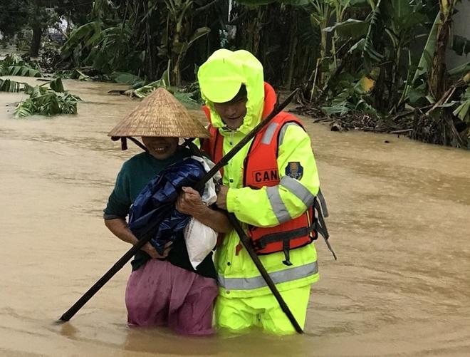 Những hình ảnh ấm lòng người dân cố đô trong đợt mưa lũ lịch sử - Ảnh minh hoạ 5