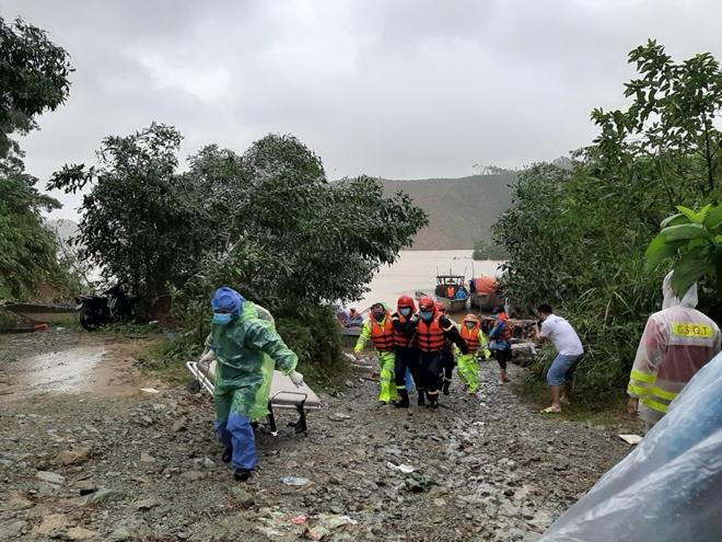 Vượt mưa lũ đưa thi thể nạn nhân thủy điện Rào Trăng 3 trở về - Ảnh minh hoạ 10