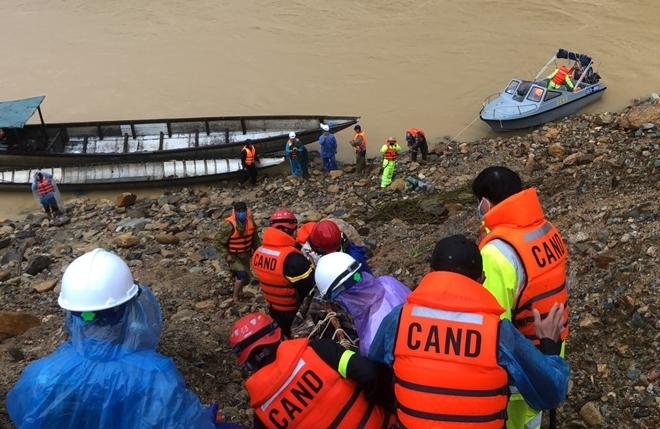 Vượt mưa lũ đưa thi thể nạn nhân thủy điện Rào Trăng 3 trở về - Ảnh minh hoạ 6
