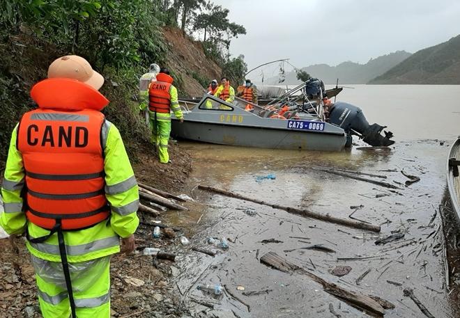 Vượt mưa lũ đưa thi thể nạn nhân thủy điện Rào Trăng 3 trở về - Ảnh minh hoạ 3
