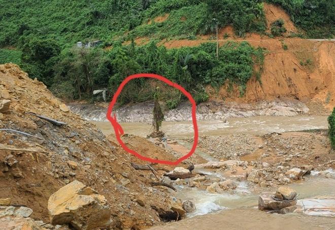 Vượt mưa lũ đưa thi thể nạn nhân thủy điện Rào Trăng 3 trở về - Ảnh minh hoạ 5