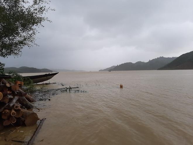 Vượt mưa lũ đưa thi thể nạn nhân thủy điện Rào Trăng 3 trở về