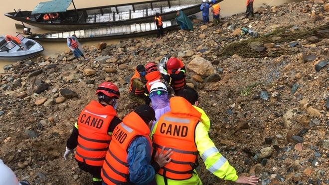 Vượt mưa lũ đưa thi thể nạn nhân thủy điện Rào Trăng 3 trở về - Ảnh minh hoạ 8