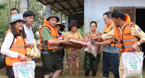 Báo CAND và các nhà tài trợ trao hơn 2.500 suất quà cho người dân vùng lũ