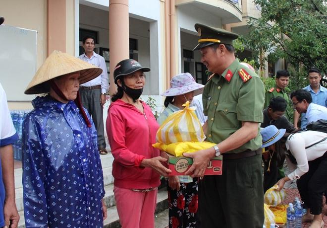 Báo CAND và các nhà tài trợ trao hơn 2.500 suất quà cho người dân vùng lũ - Ảnh minh hoạ 4