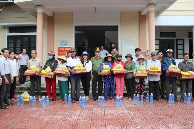 Báo CAND và các nhà tài trợ trao hơn 2.500 suất quà cho người dân vùng lũ - Ảnh minh hoạ 5