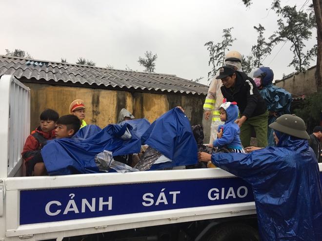 Lực lượng Công an tích cực phối hợp giúp dân tránh bão số 13 - Ảnh minh hoạ 4