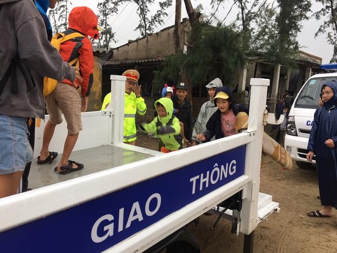 Lực lượng Công an tích cực phối hợp giúp dân tránh bão số 13 - Ảnh minh hoạ 6
