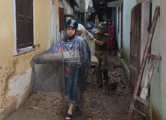Lực lượng Công an tích cực phối hợp giúp dân tránh bão số 13 - Ảnh minh hoạ 3