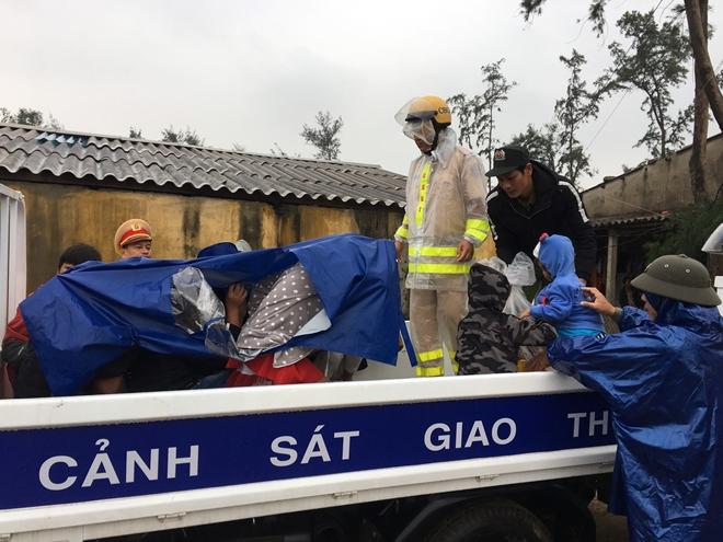 Lực lượng Công an tích cực phối hợp giúp dân tránh bão số 13 - Ảnh minh hoạ 5