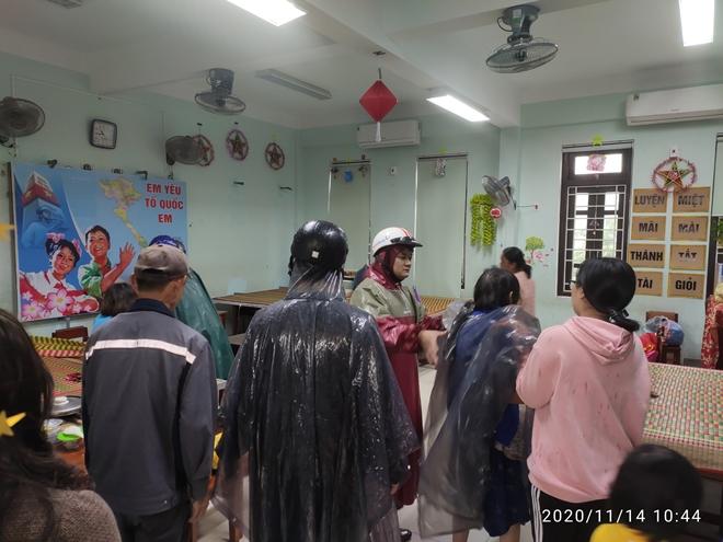 Lực lượng Công an tích cực phối hợp giúp dân tránh bão số 13 - Ảnh minh hoạ 8