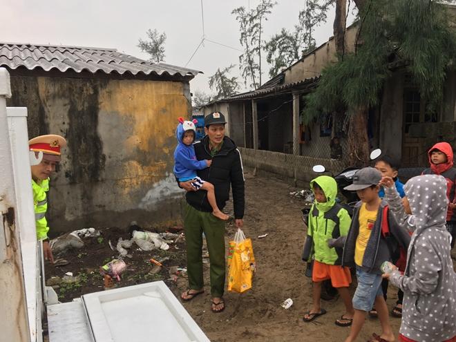 Lực lượng Công an tích cực phối hợp giúp dân tránh bão số 13 - Ảnh minh hoạ 7
