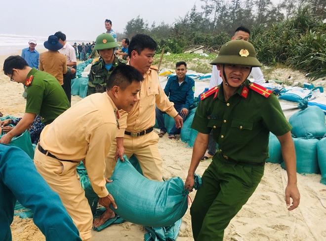 Lực lượng Công an tích cực phối hợp giúp dân tránh bão số 13 - Ảnh minh hoạ 10