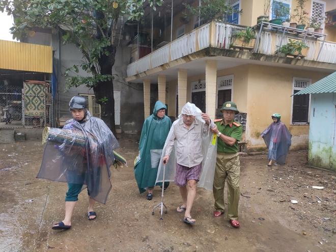 Lực lượng Công an tích cực phối hợp giúp dân tránh bão số 13 - Ảnh minh hoạ 2